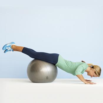 Специальные большие гимнастические мячи, которые называются «фитболы», способствуют развитию равновесия.