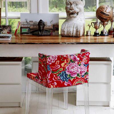 Придать скучным офисным стульям другой оттенок легче, чем вы думаете. Купите мебельный степлер, ткань и обтяните ей ваше кресло.