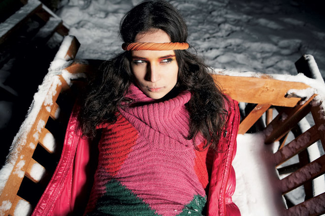 Платье-джемпер из трикотажа, Benetton, 3945 руб.; куртка, Nike, 9900 руб.; повязка на голову, собственность стилиста