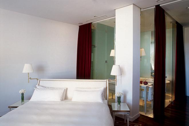 Идея 6: стеклянная стена между спальней и ванной комнатой