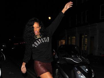 В таком виде Рианну (Rihanna) застали папарацци, когда та выходила из ночного клуба