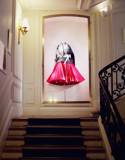 Вход в салон Christian Dior на авеню Монтень в Париже
