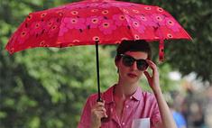 Под защитой: Энн Хэтэуэй прячется от осеннего солнца под зонтом