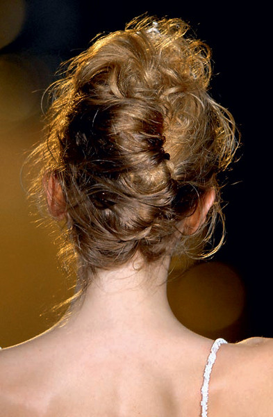 4. Начешите волосы у корней и закрепите их шпильками.