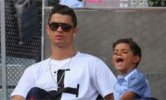 Роналду выходит в свет с сыном