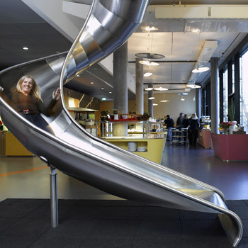 Лестницами здесь практически не пользуются. Зачем? Ведь чтобы спуститься в столовую на обед, можно скатиться по детской горке!