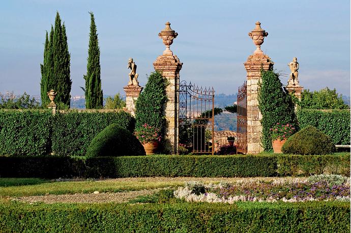 Старинные ворота ведут в юго-западную часть поместья — к пруду с золотыми рыбками, огородам и виноградникам. Кстати, вино на вилле ди Джеджано делают с 1725 года.