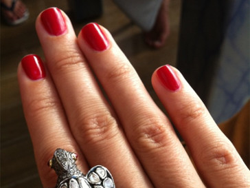 Ксения Собчак выбирает красный цвет лака для ногтей.