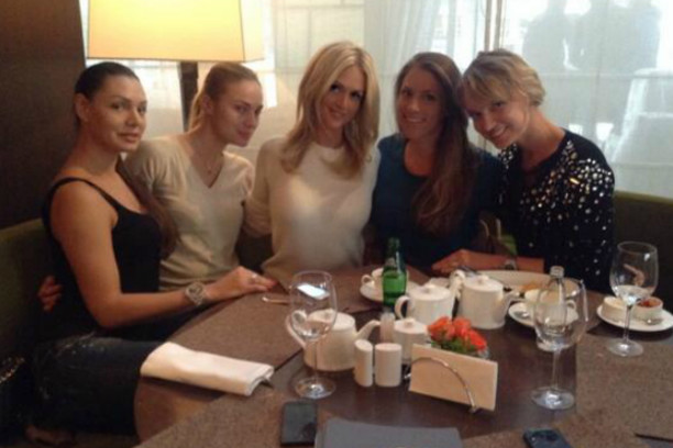 Виктория Лопырева с подругами