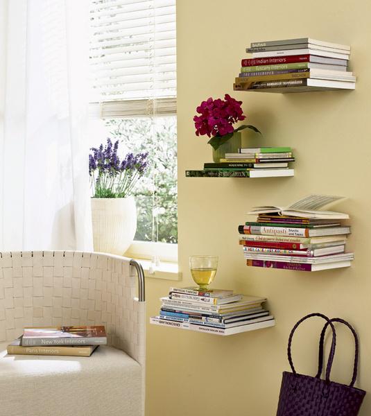 Используйте площадь стен, развесив на ней полки от пола до потолка