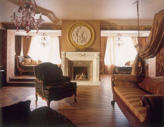 Рисунок наборного паркета от Ebony & Co не повторяется ни в одной из комнат. Живописный фриз под потолком выполнен Александром Волковым.