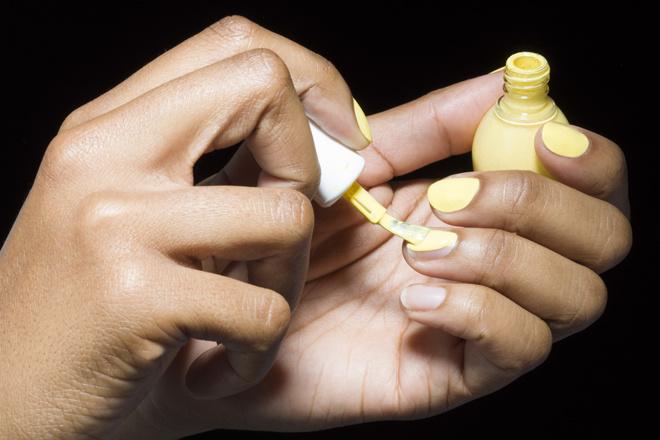 Черный, желтый и еще 8 цветов, в которые не стоит красить ногти