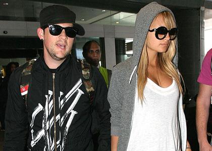 Джоел и Николь в аэропорту Австралии