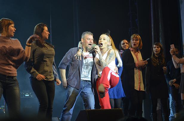 Вместе с Наргиз зрители исполнили песню группы Nirvana «Smells Like Teen Spirit»