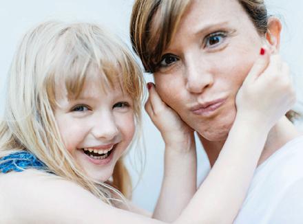 Мама играет с дочерью
