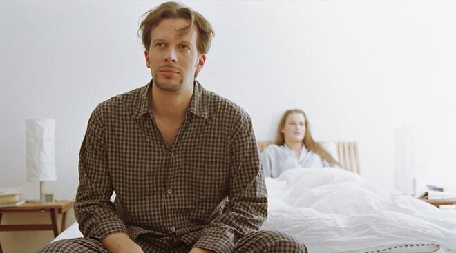 Как специально ловят и целуют в кровати девушек смотреть онлайн фото 73-659
