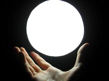 Магический шар в руках «целителя»