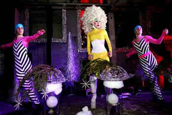Протеже Андрея Бартенева, мастерица сюрреалистических трюков Саша Фролова и танцевальная группа «Аквааэробика».