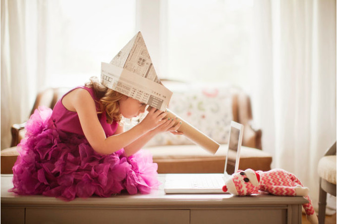 Девочка с биноклем