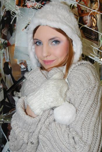 Кипельно-белая меховая шапка с пумпонами и шерстяные рукавицы - основные fashion-ориентиры наступившей зимы.