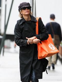 Мэг Райан (Meg Ryan) не стесняется выходить на прогулку с большой сумкой-шопер яркого цвета
