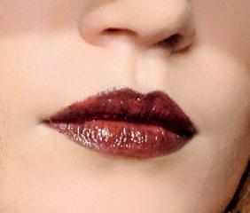 Помада растушевана блеском для губ.