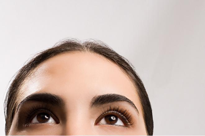 как покрасить брови