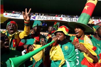 Фанаты сборной Ганы дуют в вувузелы - невероятно шумные и надоедливые дудки до метра длиной!