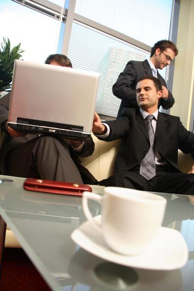 Есть работодатели, которые предпочитают на стартовые позиции набирать именно учащихся вузов без опыта работы, чтобы «с чистого листа» научить их работать так, как принято в компании, приобщить к своей корпоративной культуре.