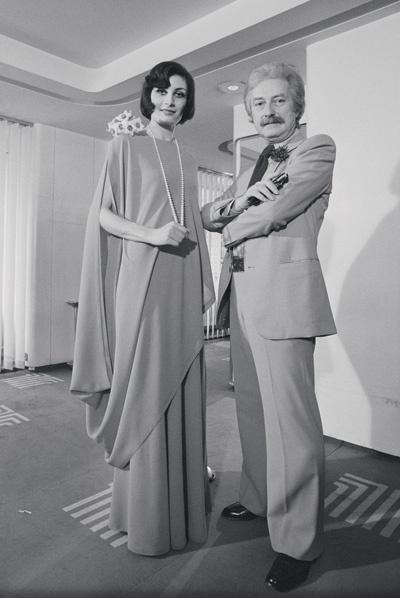 Один из бывших модельеров Дома Lanvin Жюль-Франсуа Крахе с моделью, Lanvin haute couture, 1974 год
