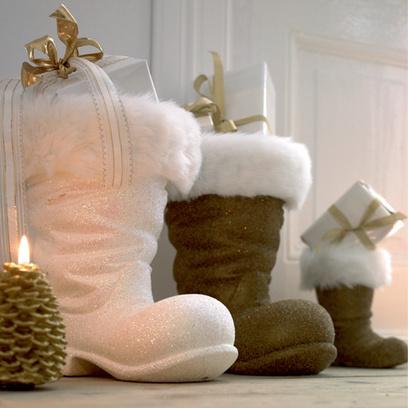 Вместо традиционных носков емкостью для подарков здесь служат… сапоги.