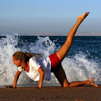 Специально составленная программа тренировок по коррекции фигуры должна подходить для людей любого пола, возраста и уровня подготовки.
