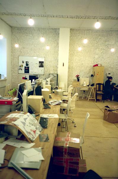 В офисе небольшой творческий беспорядок, сохранившийся еще со времен переезда.