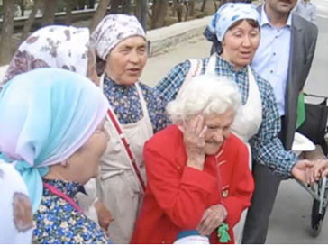 """Бурановские бабушки"" познакомились с фанаткой из Германии"
