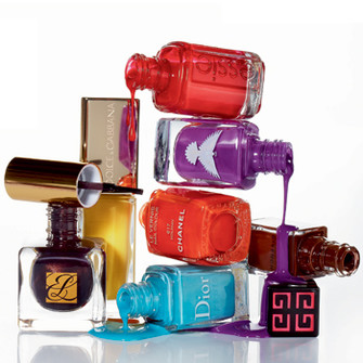 Лаки для ногтей: оттенок 61 Russian Roulette, Essie; оттенок Freedom Electric Purple, Christina Fitzgerald; Le Vernis, оттенок 617 Holiday, Chanel; Vernis Please!, оттенок 179 Delicate Brown, Givenchy; оттенок 401 Saint-Tropez, Dior; оттенок 60 Lemon, Dolce&Gabbana; Pure Color оттенок C5 Chocolate, Estée Lauder.