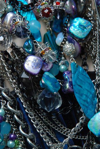 В гардеробе ее героини нет места «серости» – она выбирает платья, декорированные полудрагоценными камнями, вязаные кардиганы с жемчужной отделкой, жилеты из меха лисы, норки и песца.