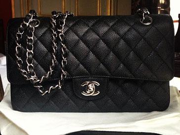 Виктория Дайнеко купила в Париже легендарную сумку от Chanel