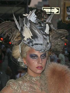 Леди ГаГа (Lady GaGa) завершила образ большой шляпой из голубиных крыльев