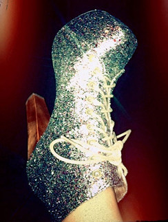 Деми Ловато (Demi Lovato) предпочитает действительно яркую обувь.