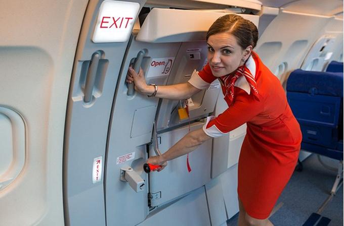 «Не надо знакомиться с нами в самолете»: стюардесса раскрывает тайны профессии