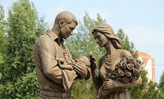 Около красноярского роддома появилась скульптура молодой семьи