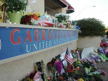 Конгрессмен Габриэль Гиффордс получила сквозное ранение в голову