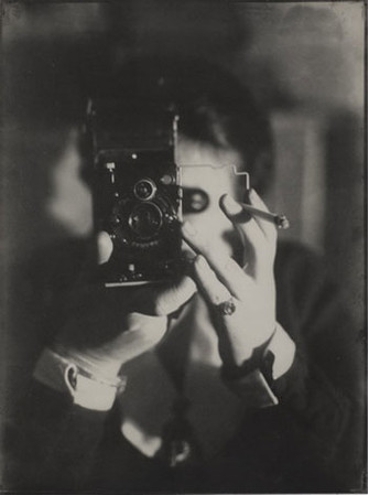 Жермена Круль. © Estate Germaine Krull, Muserum Folkwang, Essen Автопортрет с камерой Ikarette, 1925.