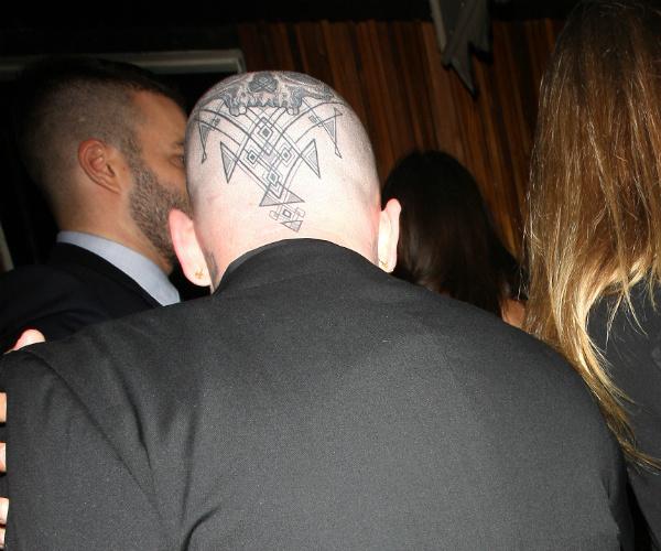 Супруг Кэмерон Диаз Бенджи Мэдден сделал татуировку на голове