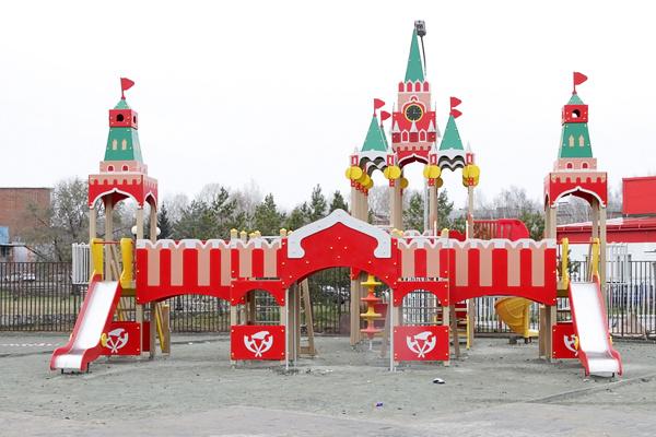 """Наталья Водянова подарила детям городок """"Кремль"""""""