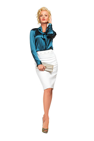 Блуза Burberry, юбка Versace, туфли и клатч Jimmy Choo