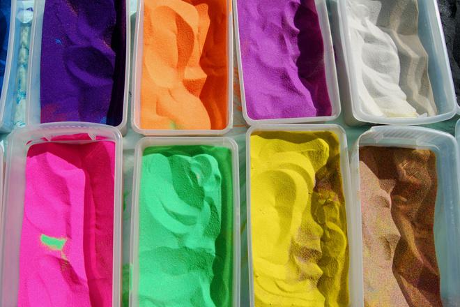 как покрасить песок