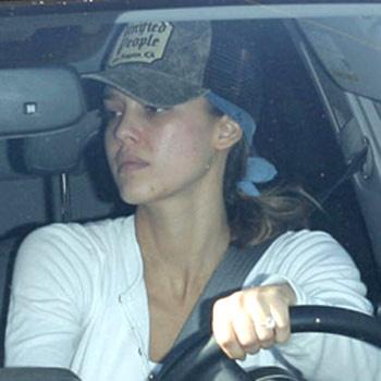 Джессика за рулем автомобиля