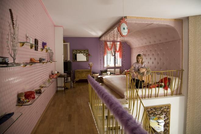 Комната дочки Даши двухэтажная, сделана в девчачьих розовых тонах