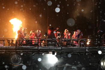 Бойзбенд Дедов Морозов порадовали гостей вечера рок-выступлением.